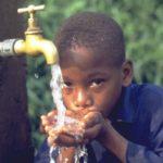 Dare da bere, nel villaggio globale comporta scelte concrete  per garantire a tutti il bene primario dell'acqua.